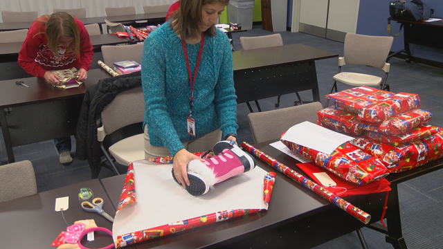 Gifts For Employees For Christmas.Sheetz Employees Wrap Christmas Gifts For Children In Need